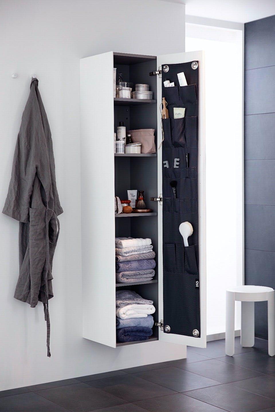 praktisk og flot opbevaring på badeværelset højskab fra Ifo sense opbevaring på lågen