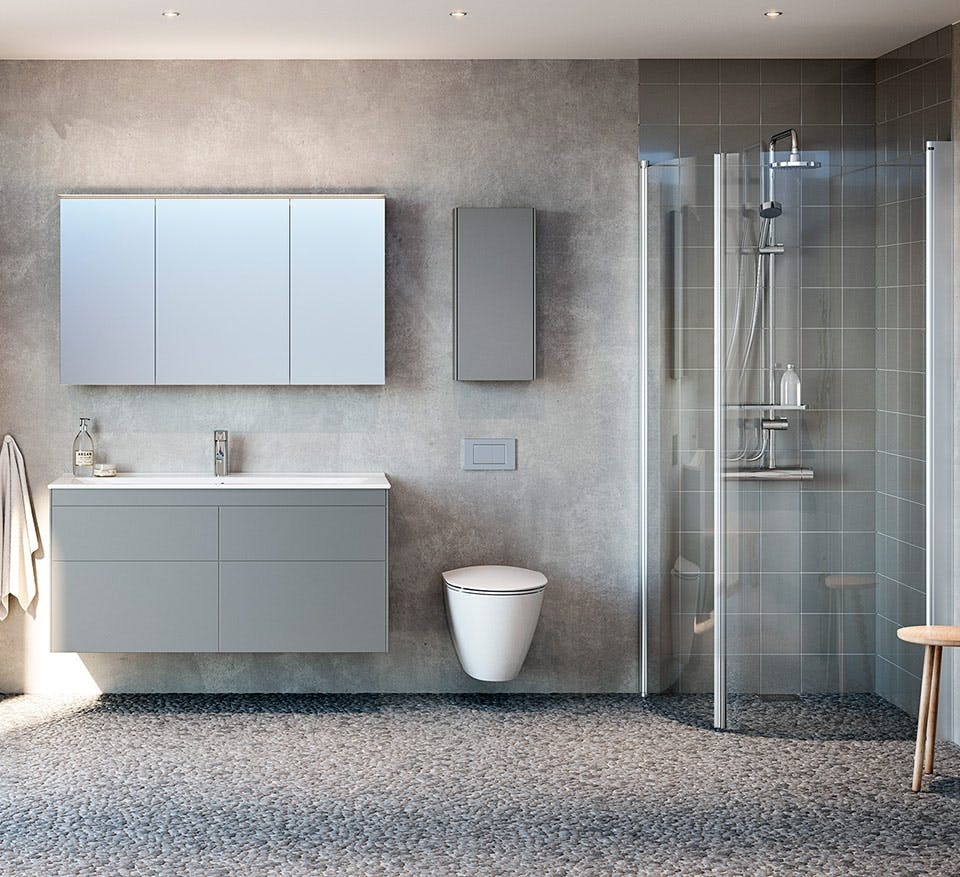 skandinavisk nordisk stil med natur på badeværelset rå vægge og grå nuancer fra Ifö toilet bruseniche og skabe