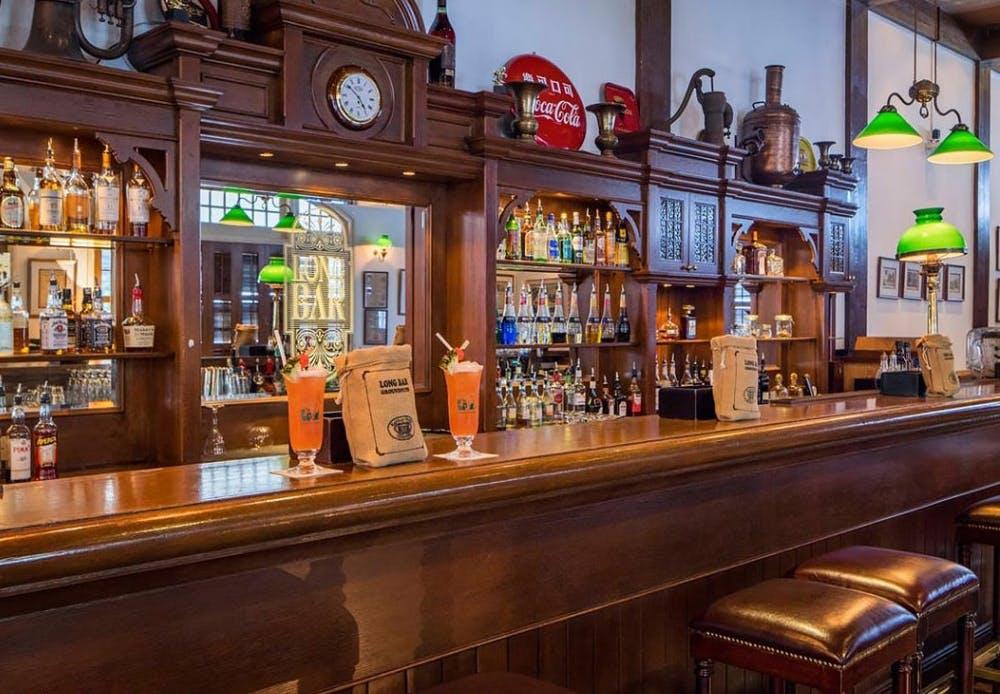 Long Bar er udført i klassisk poleret teaktræ