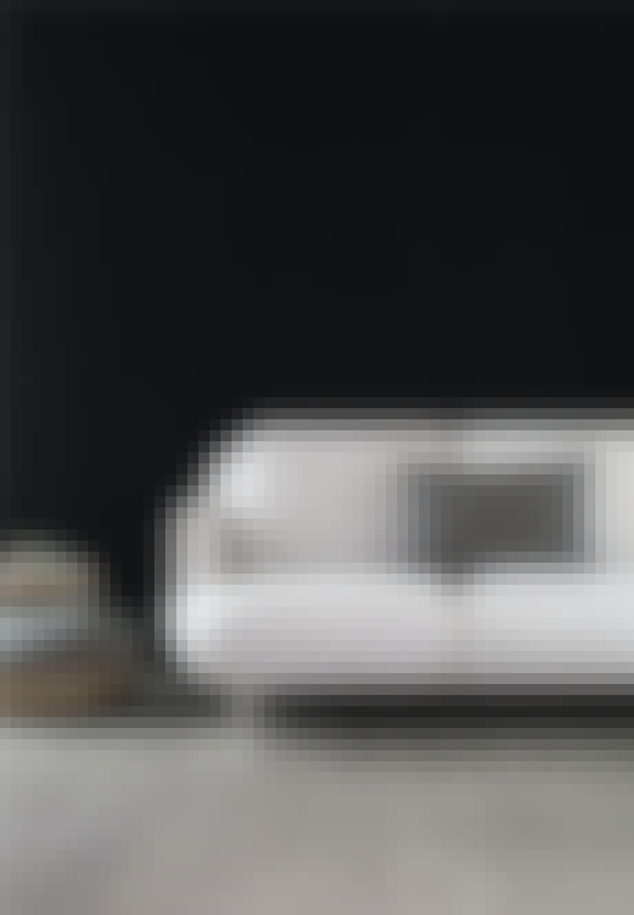 Lys grå sofa med mørkegrå sofapude