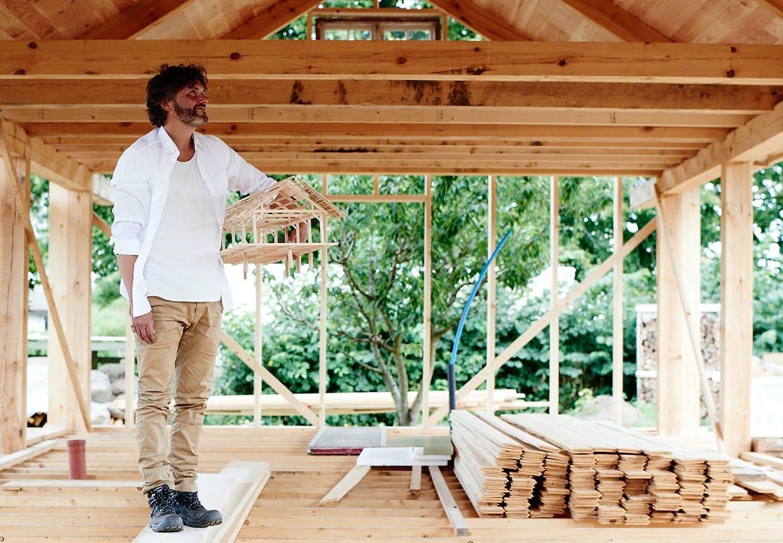 Arkitekt Erik Juul under opførelse af FSC-certificeret  sommerhus