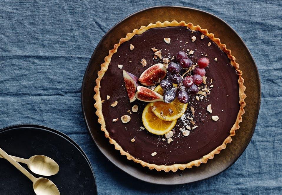 Chokoladetærte med appelsin, figen og vindruer.