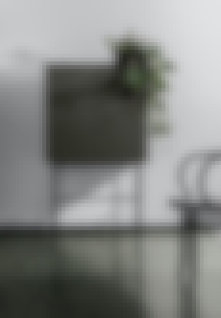 Afterooms skænk findes i to størrelser og fire forskellige farver, som kan kombineres på tværs til i alt otte forskellige konfigurationer. Til Afterooms skænk hører en bordplade i sort Corian og pulverlakerede sorte stålben. Farverne er rosa, blå, sand og mørk grøn.