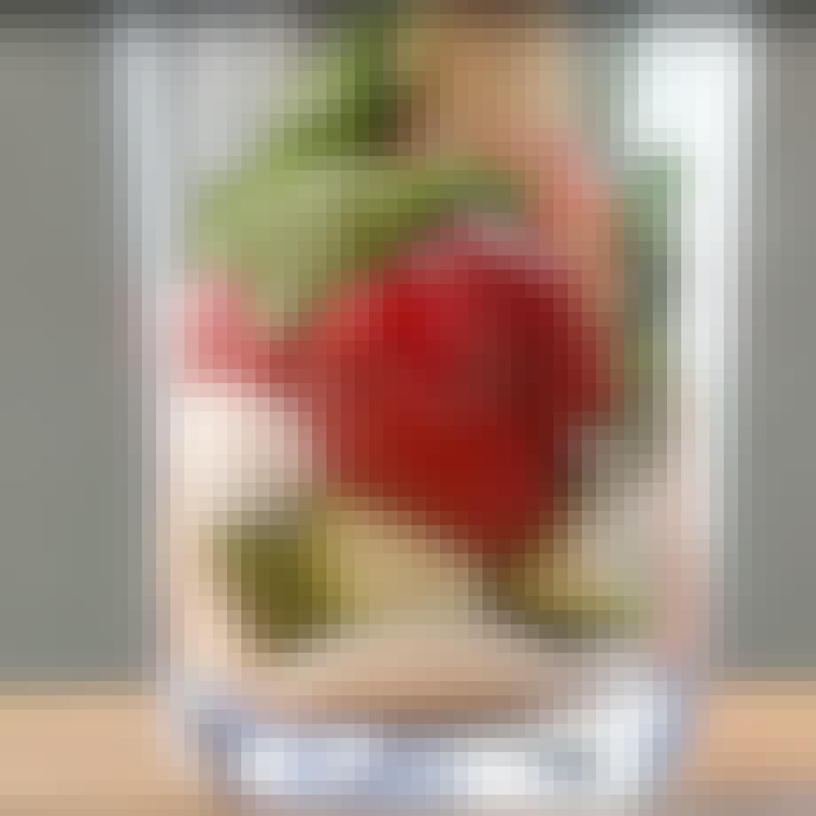 Hindbær mojito i glas med støder.