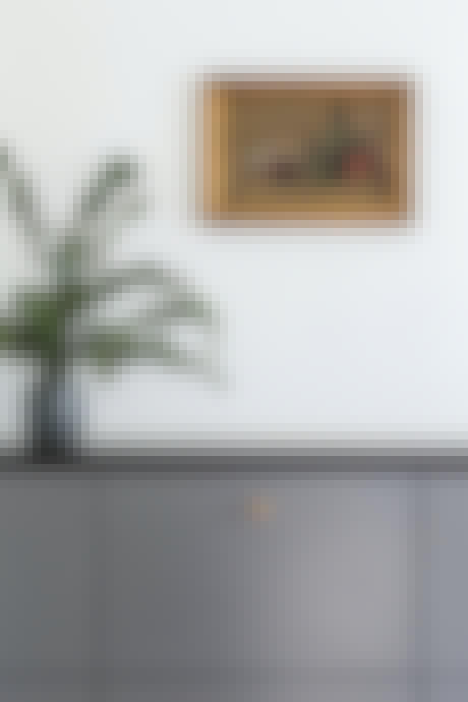 Vase på køkkenbord og maleri på væggen