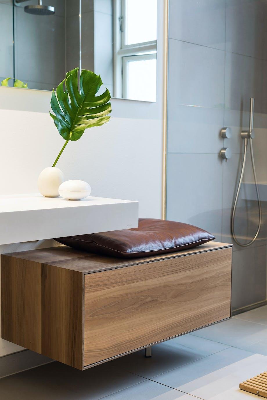 Bænk på badeværelset med tilhørende læderpude