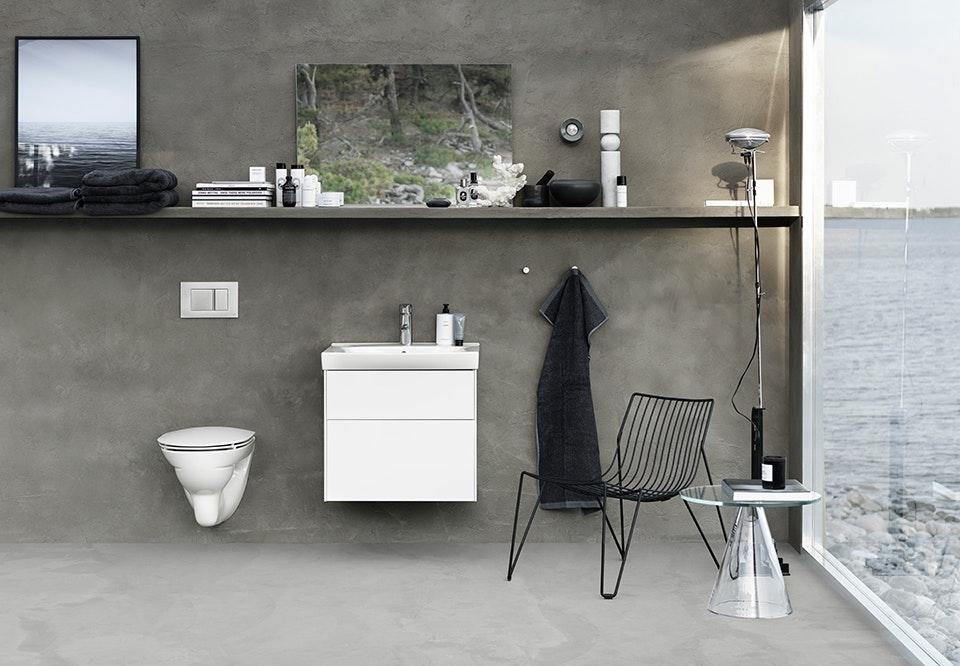 Badeværelse Med Toilet Og Håndvask Og Skab Fra Ifö I Skandinavisk Design