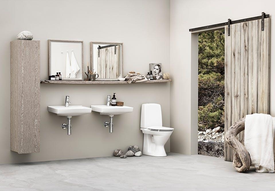 Badeværelse med naturlig stemning med ifö Spira toilet og håndvask