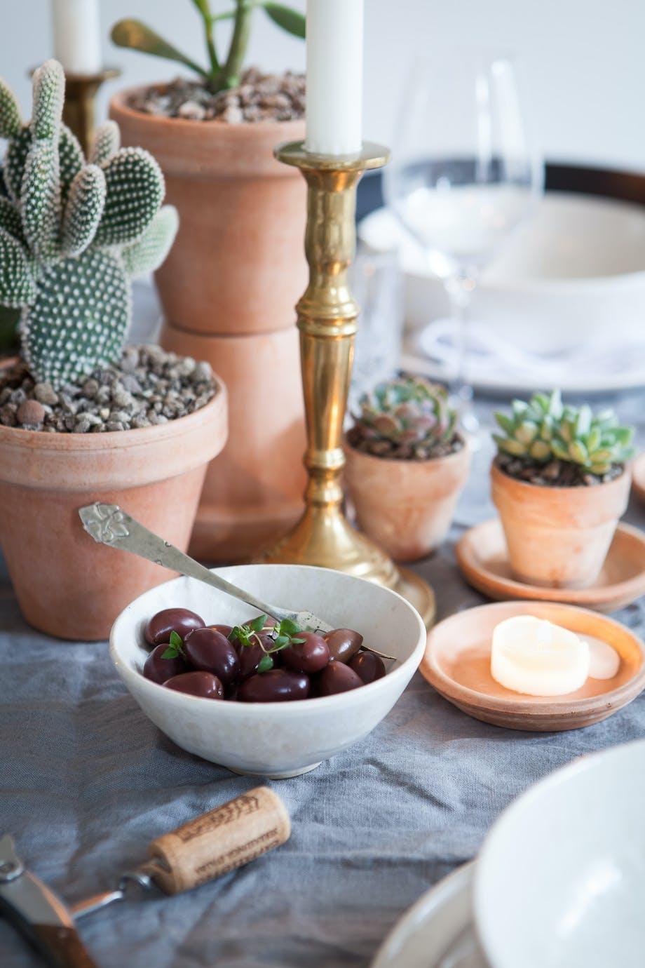 Oliven og smukke terrakottakrukker på middagsbordet