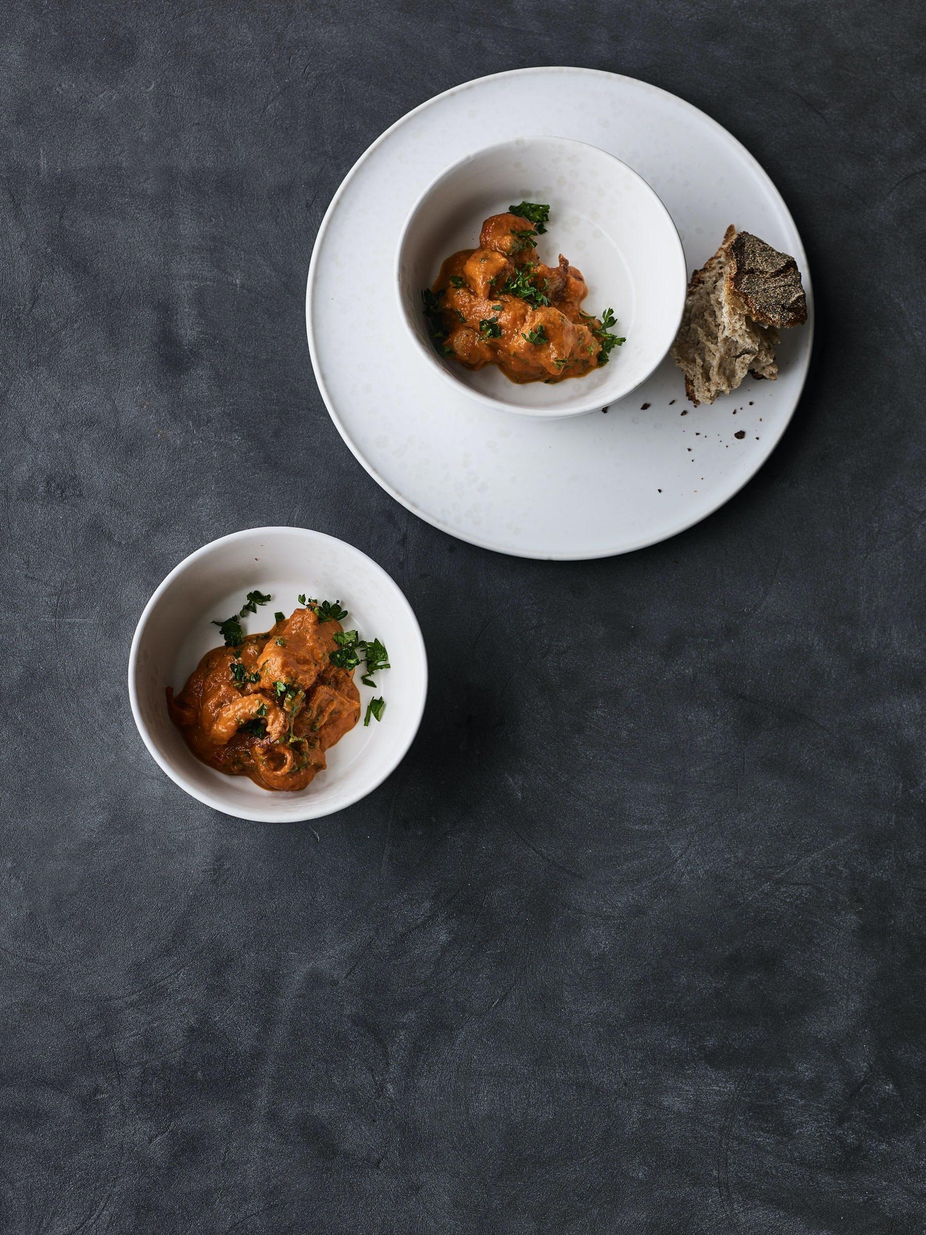 Blæksprutter i tomatsauce med chorizo