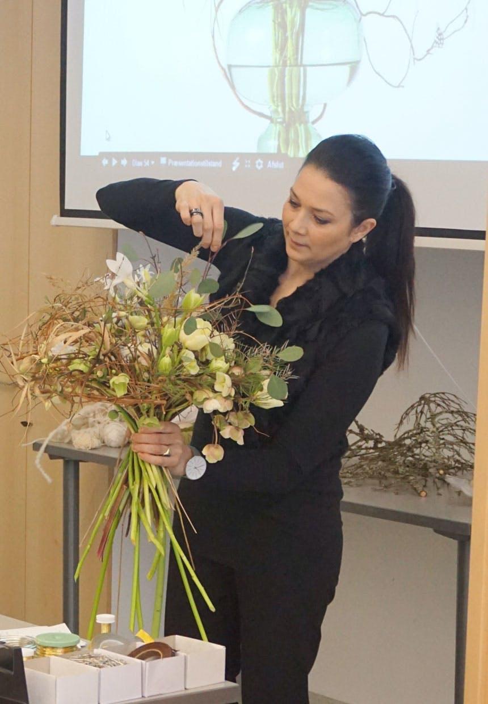 Annette von Einem demonstrerer, hvordan et luftigt binderi disponeres.