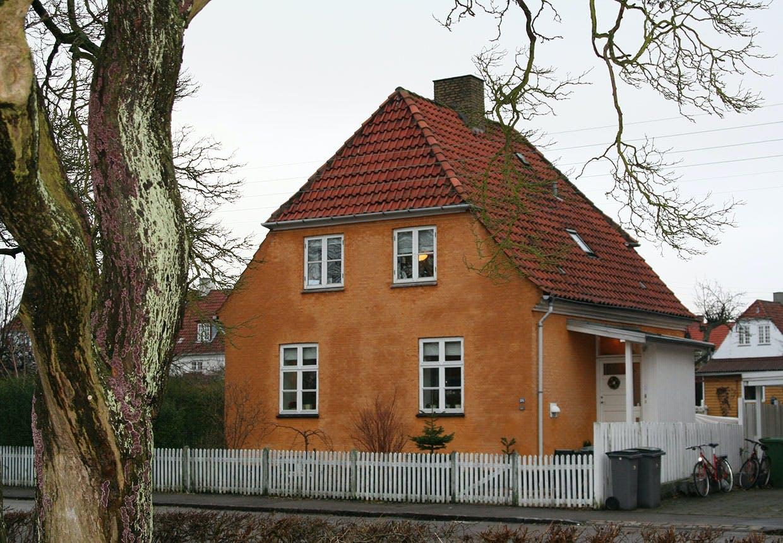 En okkerfarvet murermestervilla fra kvarteret Grøndalsvænge-kvarteret i København nordvest. Det består udelukkende af villaer i stilen fra Bedre Byggeskik.