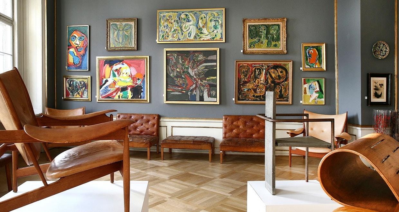 Eftersyn på Bruun Rasmussen. I forgrunden Finn Juhls Høvdingestol, der er en af de stole, der i original stand i dag kan opnå en pris på omkring en million kroner på auktion.