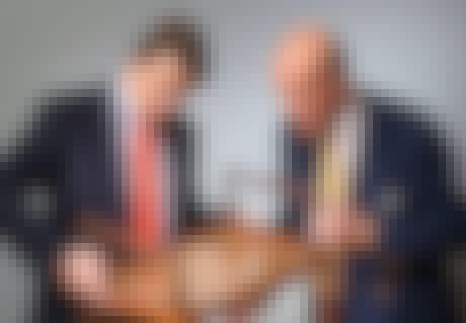 Frederik og Jesper Bruun Rasmussen besigtiger Peder Moos-taburet