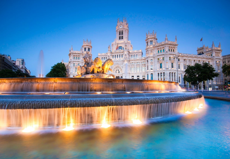 Madrid i smuk belysning omkring Palacio de Cibeles