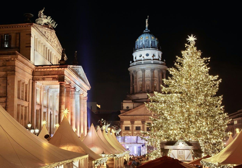 Julebelysning ved Gendarmenmarkt i Berlin med den franske domkirke i baggrunden.
