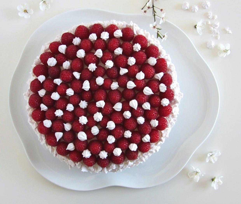 Lagkage med hvid chokolade, hyldeblomst og syrlige, friske hindbær