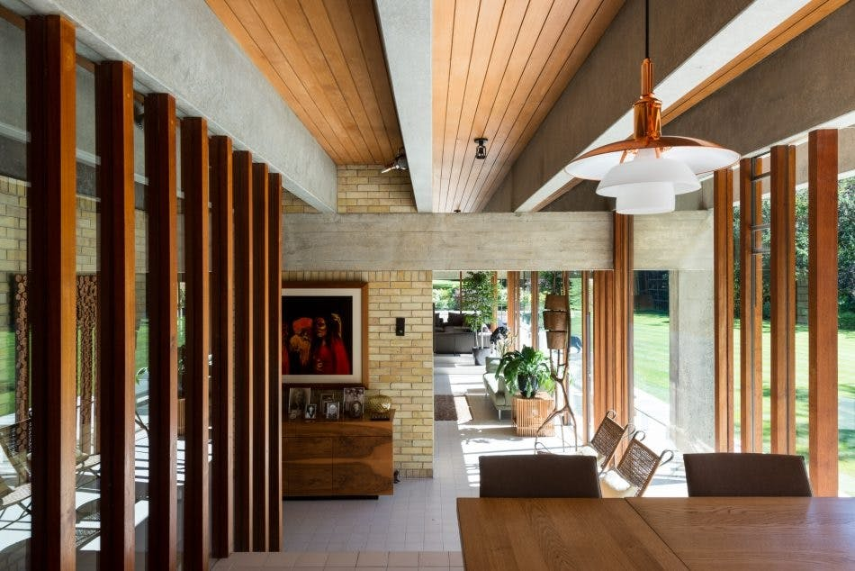Her ser vi træ, beton, mursten og klinker som rammer for hjemmet
