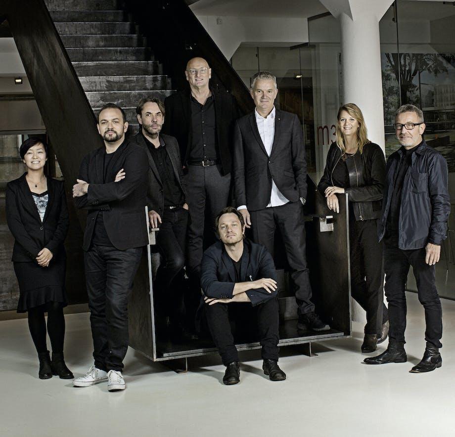Fra venstre: Rong Lu, Chris Hardie, Kim Holst Jensen, John Foldbjerg Lassen, Morten Schmidt, Bente Damgaard (CEO), Bjarne Hammer – og siddende Kristian Ahlmark.