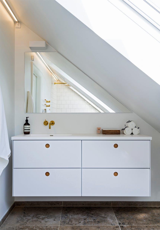 klassisk stil alá badehotel, romantisk badeværelse med messing detaljer