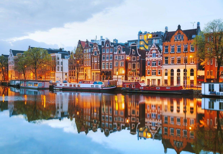 Amsterdams farverige bygninger set fra en af byens ikoniske kanaler