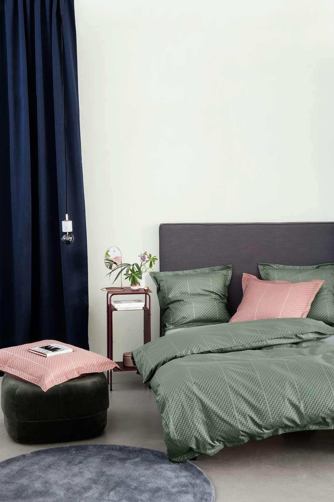 Bent Georg Jensens TRIPP sengetøj design i Misty Rose og Fir Green
