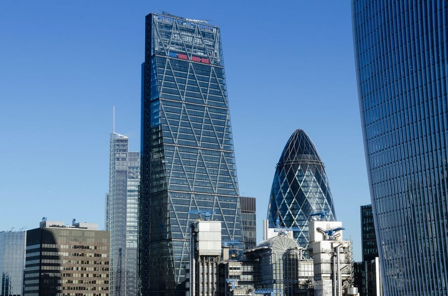 The Cheesegrater (The Leadenhall Building) i London med The Gherkin i baggrunden.