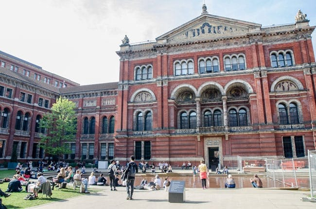John Madejskis have på bagsiden af The Victoria and Albert Museum i London
