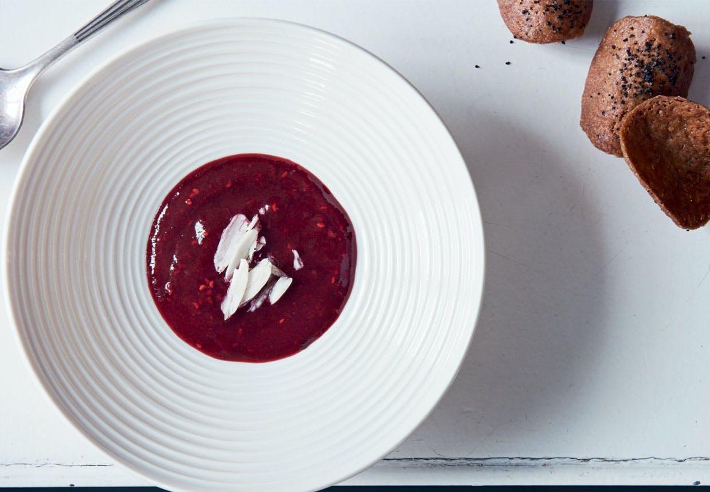 Opskrift på rødgrød med fløde og tuiles med lakridsgranulat