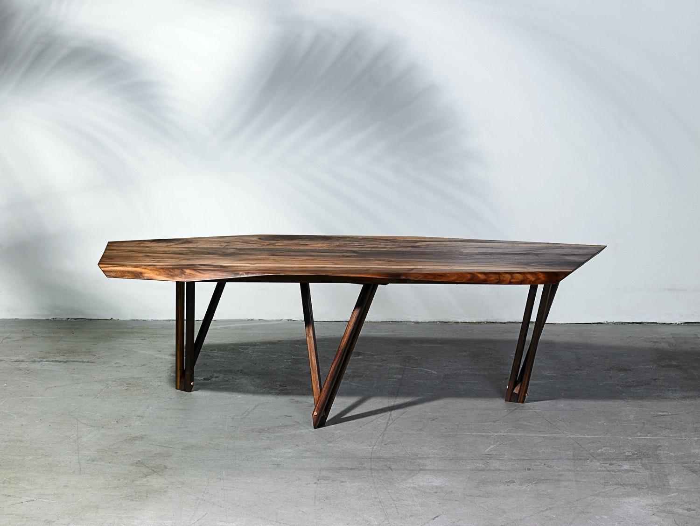 Noyers sofabord/coffee table med træben kunne næsten stå for sig selv i stuen