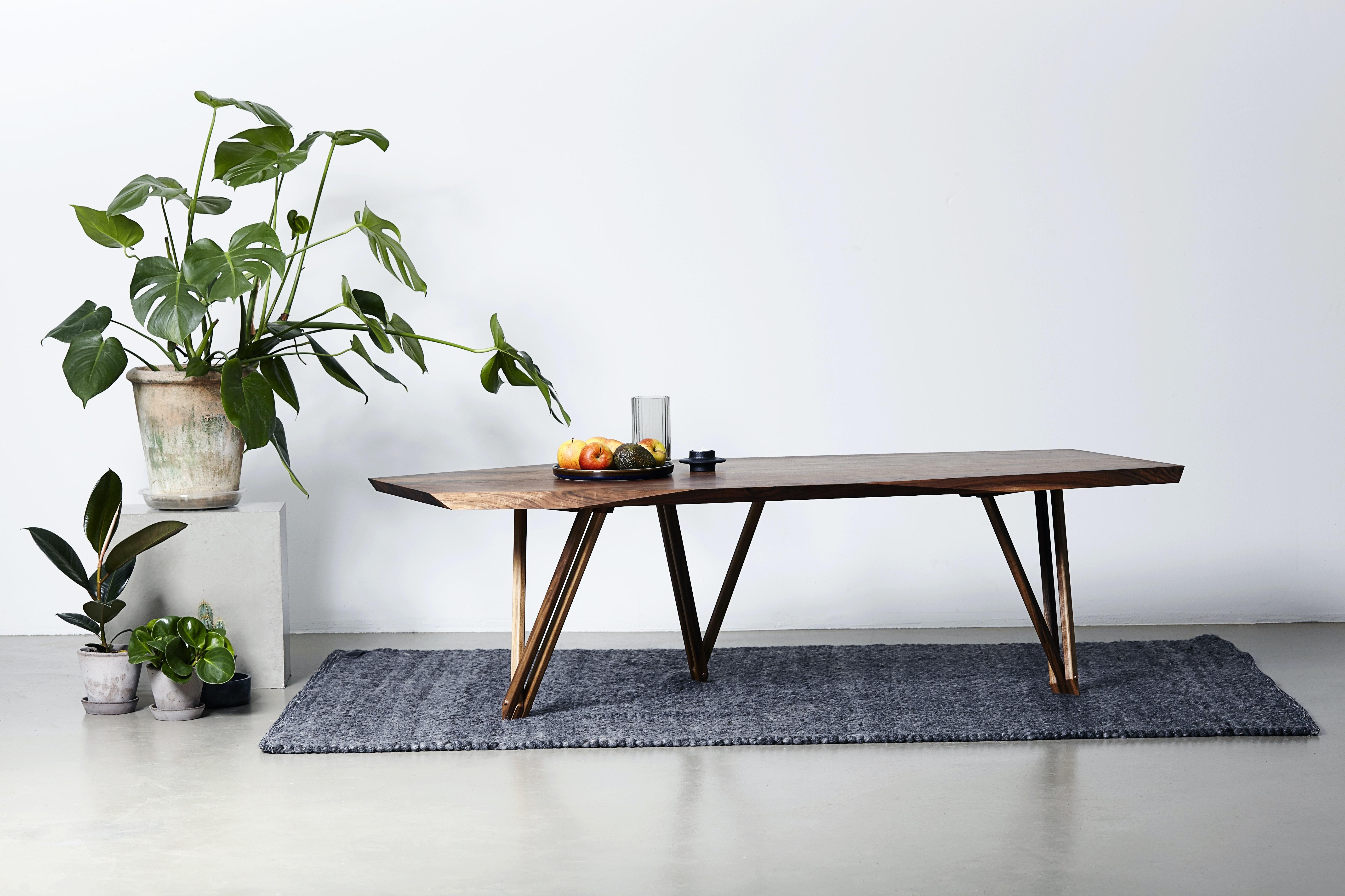 Noyer spisebordet er betagende at beskue på afstand