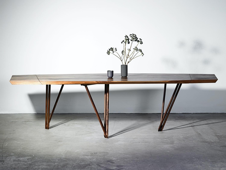 Et Noyer spisebord med monteret tillægsplade