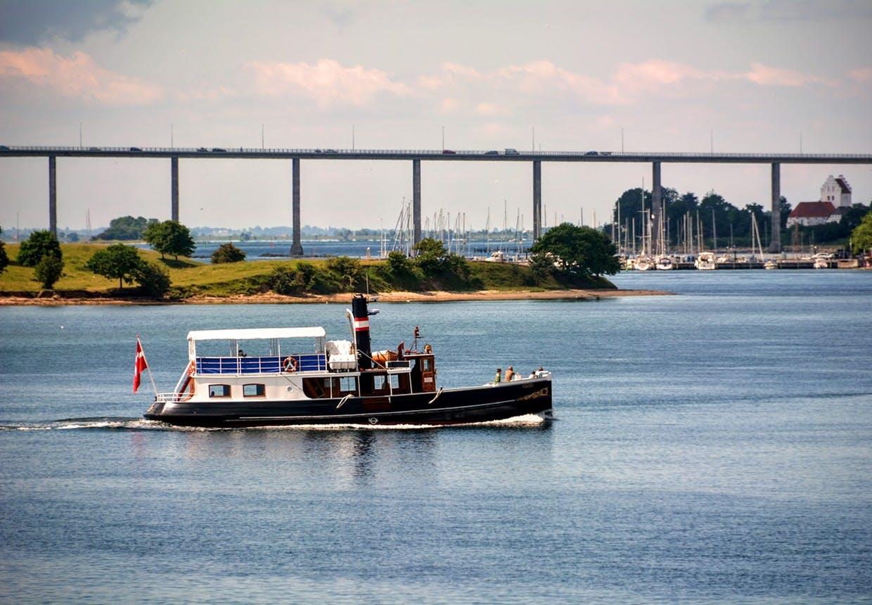 M/S Helge sejler på Svendborgsund med Svendborgsundbroen i baggrunden