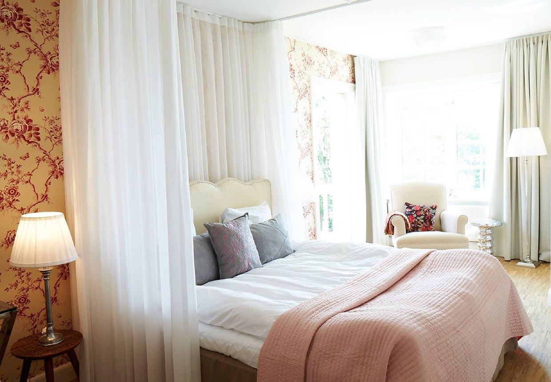 Et smukt indrettet værelse i sarte farver på Stella Maris Hotel de Luxe