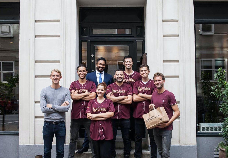 "Gotipster's to grundlæggere på yderfløjene sammen med personalet på restauranten ""Taller"""