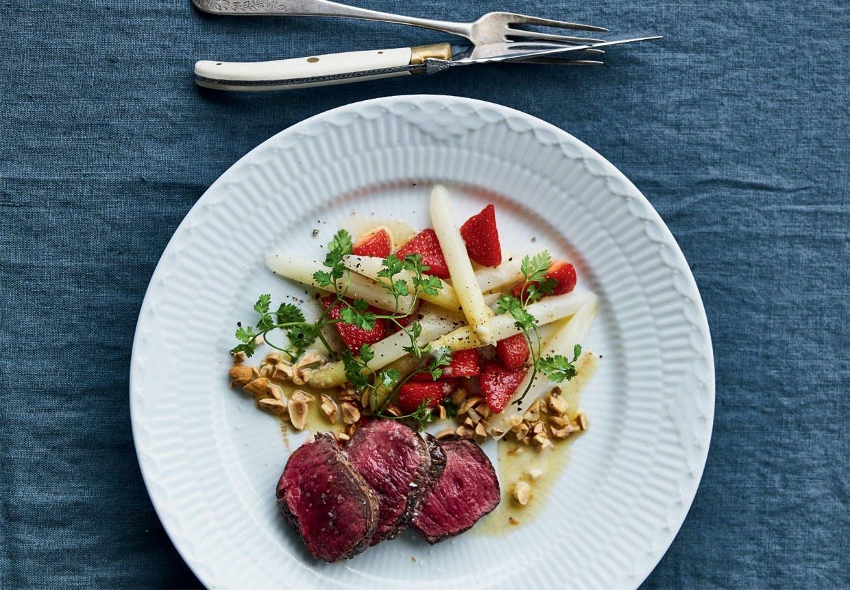 Sommerbuk med hvide asparges, jordbær og brunet smør
