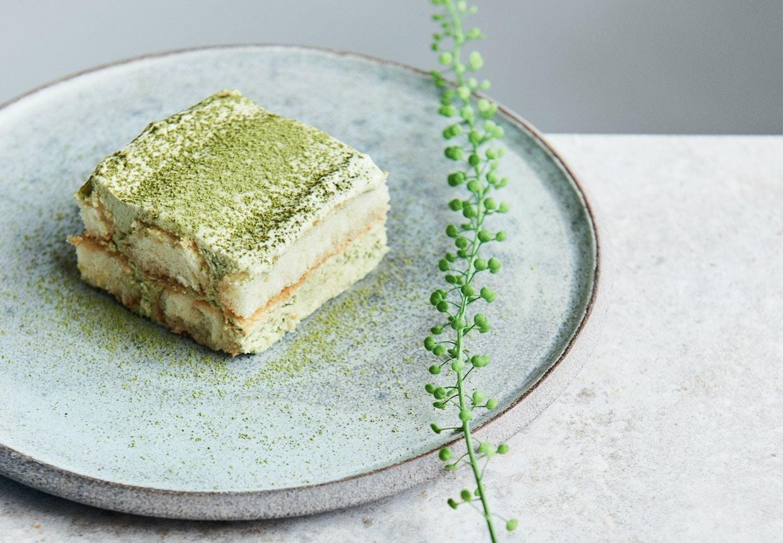 Skøn dessert af letfrossen tiramisu med matcha-te