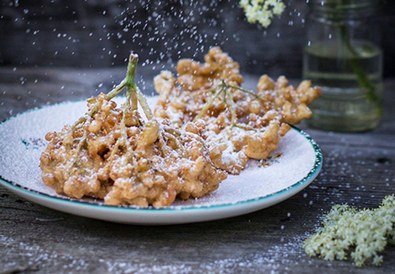 Hyldefritter i pandekagesvøb overstrøet med flormelis