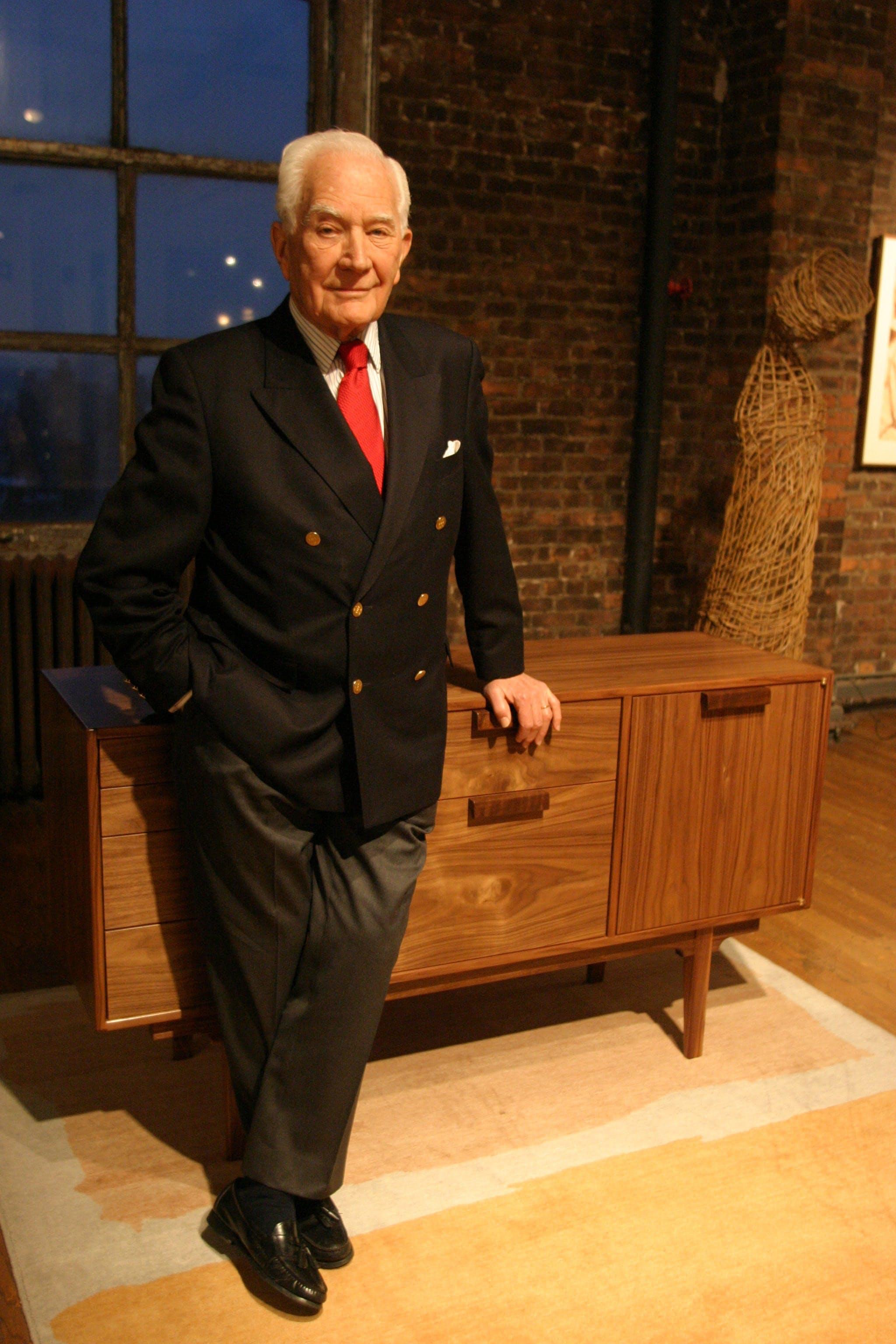 Jens Risom med nogle af sine møbler