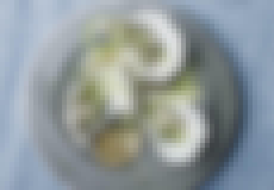 Opskrift på tatar af rå Limfjordsøsters med agurk og radiser.