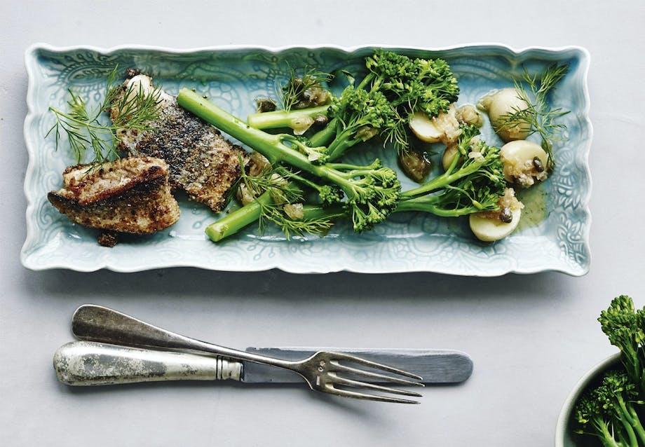 Opskrift på sprød hornfisk med aspargesbroccoli og kaperssky