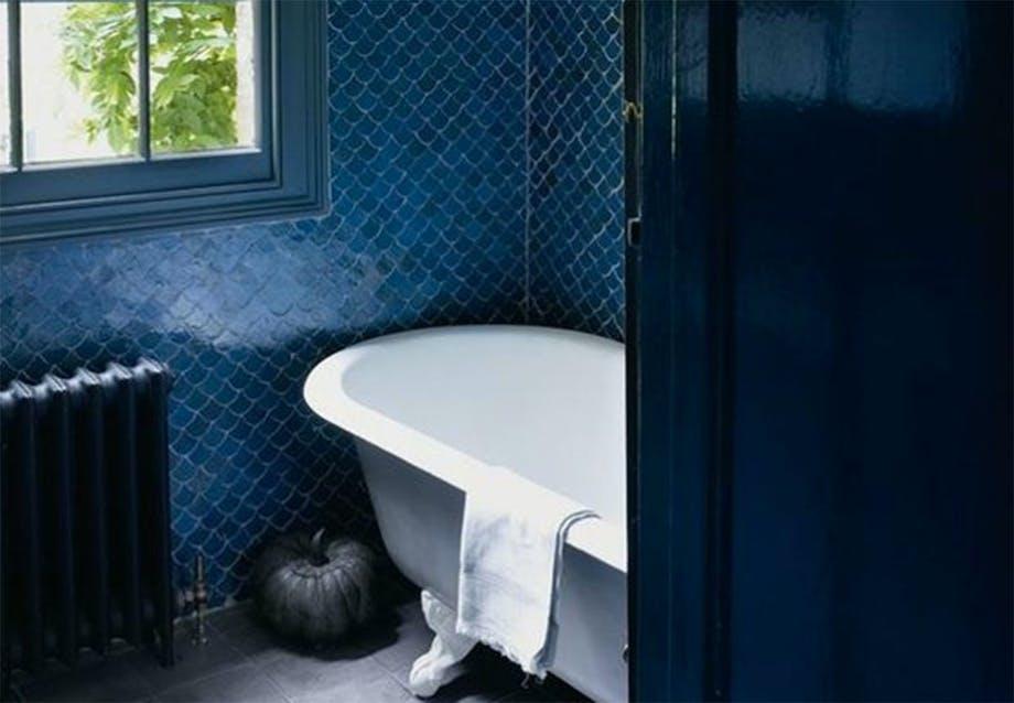 Mørkeblå fliser badeværelse