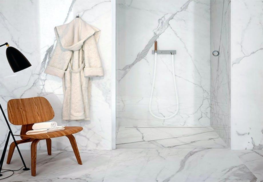 Lyst marmor badeværelse