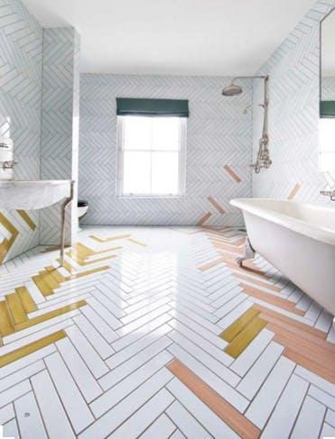 Når hvide badeværelsesfliser er alt andet end kedelige.