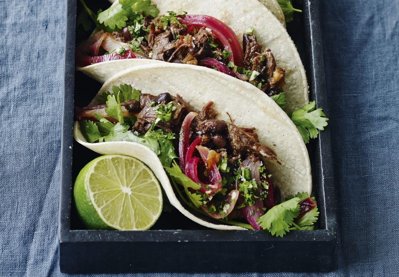 Bløde tacos medbraiserede oksekæber, syltede rødløg og hjemmelavet salsa.