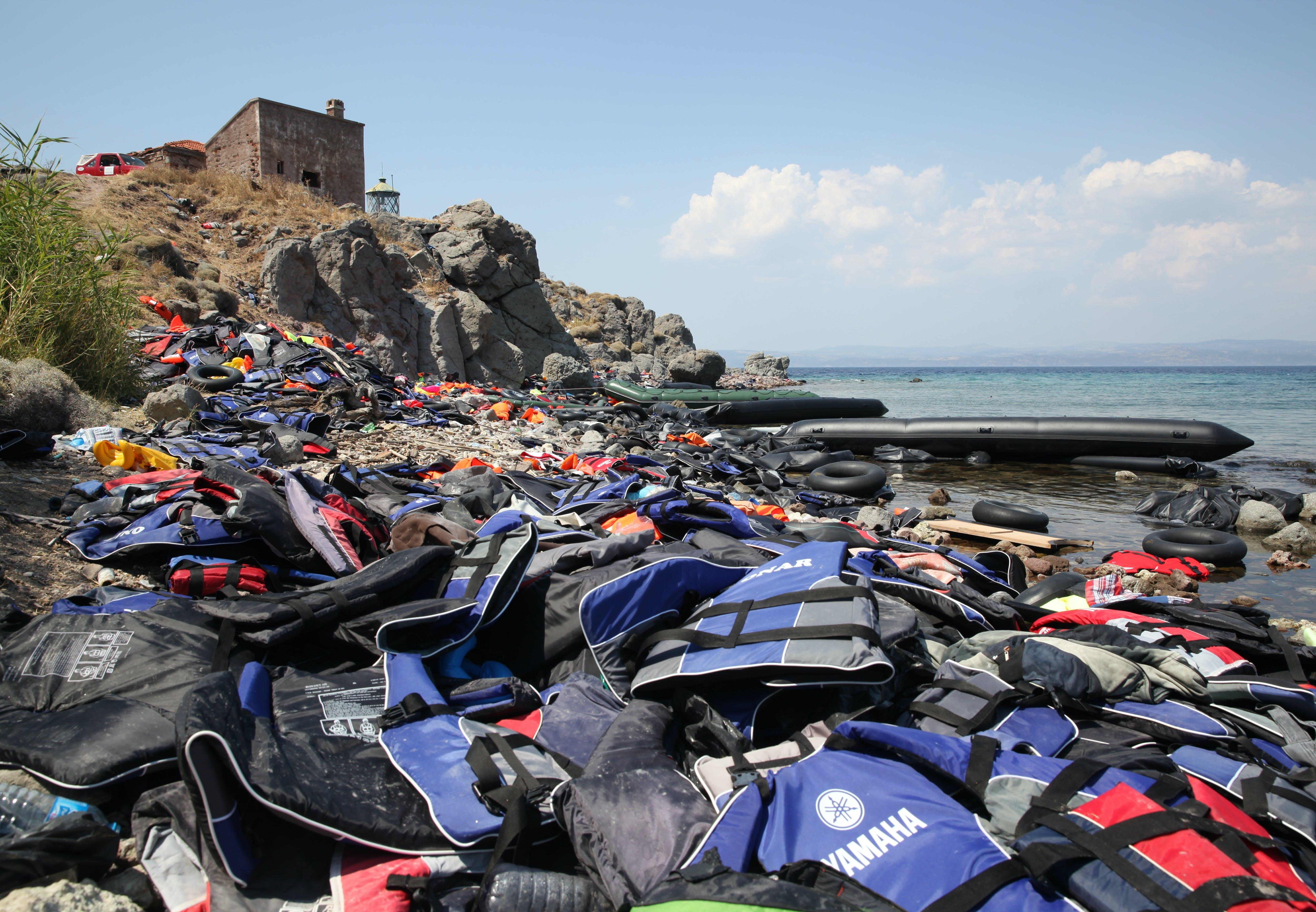 Bådeflygtningene orienterer sig efter fyrtårnet på Lesbos. Danske arkitekter skal hjælpe med at bygge trapper på klippesiderne.