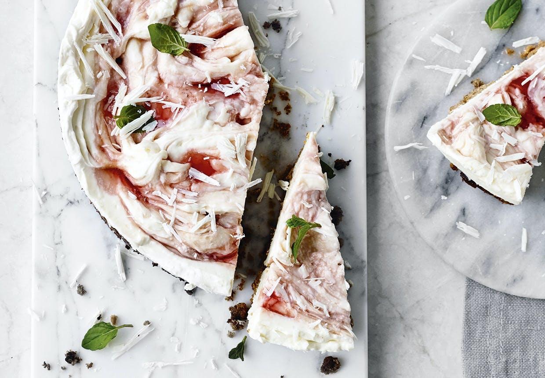 Hyldesblomst i chesscake med rabarbersirup og hvid chokolade.
