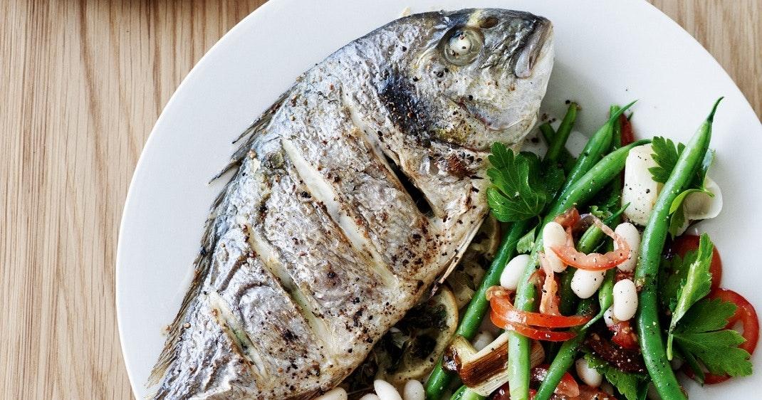 Grillet fisk med grøntsags- og bønnesalat