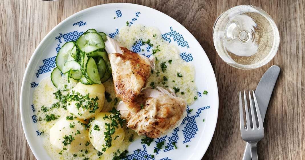 Kylling i skilt flødesauce med agurkesalat