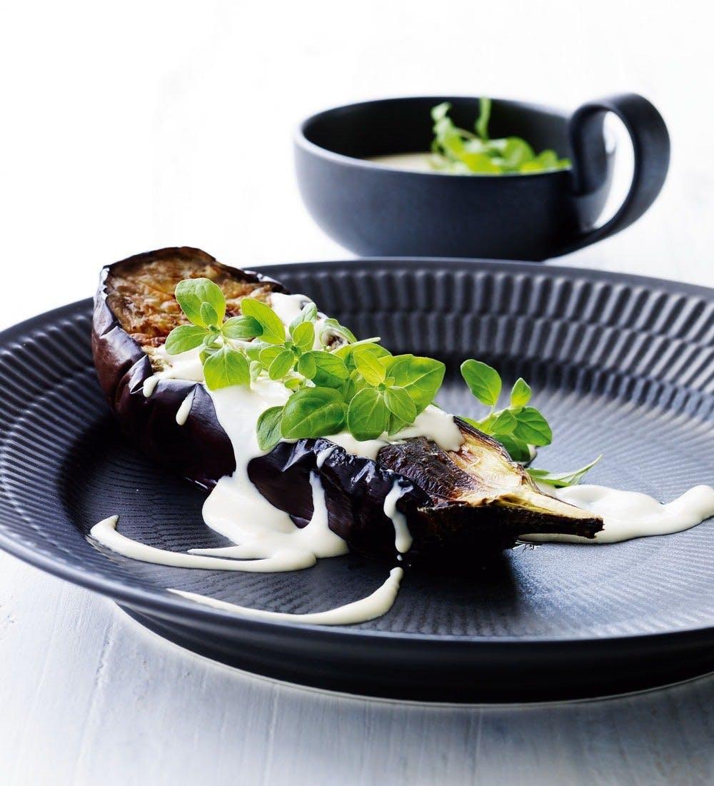 Bagt aubergine med flødecreme og merian